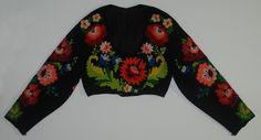 Tröja från Floda, Dalarna. På svart kläde broderi i ullgarn i livligaste färger: blommotiv i en viss stilisering.