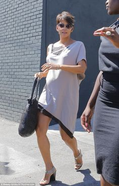 Pregnancy chic: Halle looked very stylish despite her burgeoning tummy Maternity Wear, Maternity Dresses, Maternity Fashion, Celebrity Maternity Style, Yummy Mummy, Bump Style, Halle Berry, Pregnancy, White Dress