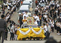 Luang Pho Koons sterbliche Hülle wird von Korat zur Universität Khon Kaen gebracht 17.05.2015