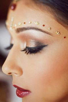 Indian bridal make-up with a touch of bronze Indian Wedding Makeup, Asian Bridal Makeup, Bridal Makeup Looks, Indian Makeup, Bride Makeup, Wedding Hair And Makeup, Bridal Beauty, Indian Bridal, Arabic Makeup