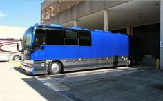 Ashley Monroe's Tour Bus, The exterior of Ashley Monroe's tour bus. The singer takes viewers inside for an exclusive tour on Celebrity Motor Homes. Prevost Coach, Prevost Bus, Luxury Campers, Luxury Bus, Ashley Monroe, Bus House, Bus Conversion, Heavy Equipment, Exterior Paint