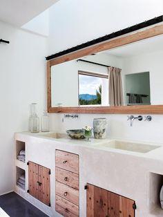 Une salle de bain sur-mesure, blanche, douce, réalisée de manière artisanale <3 Salle de Bain / maison / baignoire / bathroom / bath / bathub / loft / déco / deco / housedecor / homedécor / artisanat / bois / wood / nature