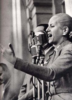 Eva Peron, foi uma atriz e líder política argentina. Tornou-se primeira-dama da Argentina quando o general Juan Domingo Perón foi eleito presidente Women In History, World History, Great Women, Amazing Women, Interesting History, Held, Famous Faces, Powerful Women, Eva Peron