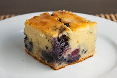 Blueberry Mochi Cake (Use sweetened coconut milk in place of evap milk? Hawaiian Desserts, Asian Desserts, Köstliche Desserts, Delicious Desserts, Dessert Recipes, Yummy Food, Healthy Food, Sweet Rice Flour Recipe, Rice Flour Recipes