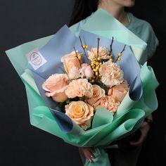 Элегантность в каждом цветкене правда ли? Лаконичный и стильный букет✨только сегодня ☝️по очень привлекательной цене! -10%!  Стоимость со скидкой 10 %: 1899 рублей Состав букета: илекс желтый, роза шиммер, диантус , роза кустовая пионовидная бомбастик, арт #Fashion_Flowers_38 #БукетДняИркутск #корзинаFF #цветыИркутск