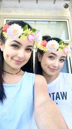 Their dimples look the same in this one Merrill Twins, Veronica And Vanessa, Veronica Merrell, Vanessa Merrell, Famous Twins, Twin Girls, Triplets, Pretty Makeup, Dimples