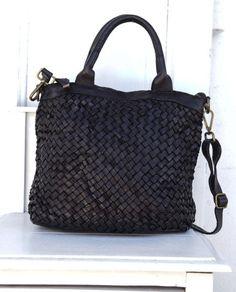 Una borsa dalle piccole dimensioni, realizzata con pelle intrecciata e lavata dal caratteristico aspetto vintage. Interno della borsa foderato in tessuto
