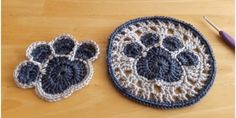 This paw print coaster and doily should have at home for decoration. It is very simple to crochet and very practical. Doilies Crafts, Yarn Crafts, Sewing Patterns Free, Crochet Patterns, Pattern Sewing, Crochet Parrot, Rose Crafts, Flower Crafts, Crochet Faces