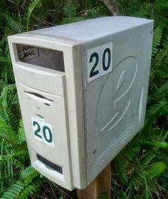 Carcasa de ordenador convertida en un buzón de correos.