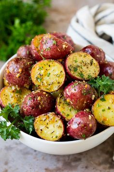 These roasted red potatoes are coated in garlic, herbs and parmesan cheese, then oven baked to golden brown perfection. Potato Side Dishes, Veggie Side Dishes, Side Dishes Easy, Side Dish Recipes, Red Potato Recipes, Chicken Apple Sausage, Potato Dinner, Roasted Green Beans, Gluten Free Cooking