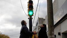 EL MUNICIPIO Y LA SEGURIDAD VIAL: NUEVA TECNOLOGIA EN SEMAFOROS DE LA CIUDAD    Se prueba la colocación de luminarias LED en semáforosBuscan reemplazar lo antiguo con el sistema entero y no multipunto como ya tienen otros semáforos en la ciudad. Desde el área de Señalización municipal se procede a la prueba de colocación de iluminarias LED en semáforos con el objetivo de lograr una modernización en el sistema. En este caso se realizó una prueba en los equipos de la esquina de calles 56 y 61…