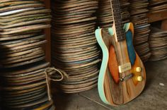 Il recycle de vieux skateboards en de superbes modèles uniques de guitares