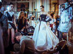 Dans les coulisses du défilé Atelier Versace haute couture automne-hiver 2014-2015 http://www.vogue.fr/mode/inspirations/diaporama/backstage-du-defile-atelier-versace-haute-couture-automne-hiver-2014-2015/19460/image/1028740#!5