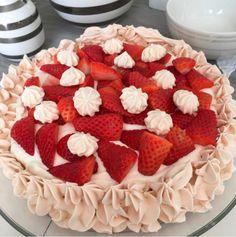 Pavlova blir aldri feil.  Det er en av mine absolutte favorittkaker og med friske jordbær og en deilig jordbærcurd blir det både sommerlig og skikkelig godt. Det er et ekstra pluss at det meste kan gjøres ferdig flere dager i forveien. Denne ukens favorittoppskrift har jeg fått lov til å dele med dere av … Pavlova, Cook N, Pudding Desserts, Nom Nom, Raspberry, Tart, Food And Drink, Sweets, Cake Ideas