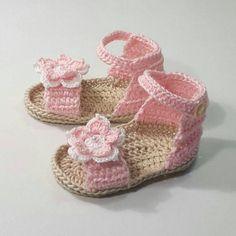 Para una pequeña princesa aquí son unas sandalias en crochet para niña. Botines sandalia hechas totalmente a mano con algodón de azúcar color