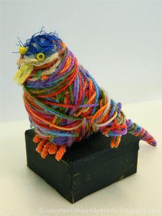 Maak een vogel of dier mbv kranten. Bedek je vogel of dier met gekleurde wol. Een gekleurd kunstwerk