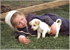 Amish / Mennonite child and puppy Amish Town, Amish Farm, Amish Country, Country Life, Country Kitchen, Amische Quilts, Amish Family, Amish Culture, Amish Community