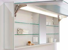 V koupelně oceníme výklopnou zrcadlovou skříň s výkonným LED osvětlením, plynulým a lehkým otvíráním. Zrcadlové boky umožňují tuto skříň kombinovat s jakýmkoliv nábytkem. K vnitřnímu vybavení patří zrcadlo, el. zásuvky a stavitelné skleněné police.