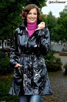 gut aussehende Frau in schickem Regenmantel Vinyl Raincoat, Plastic  Raincoat, Pvc Raincoat, Green ee0c19b554