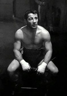 Never-Before-Seen Contact Sheets from Stanley Kubrick's First Movie and His Photographs of Heavyweight Champ Rocky Graziano. Heavyweight boxer Rocky Graziano the greatest knockout artist in boxing history, photographed by filmmaker Stanley Kubrick. Rocky Graziano, Stanley Kubrick Photography, Boxe Fight, Boxe Mma, Boxing History, Photo Star, Fritz Lang, Boxing Champions, Combat Sport