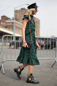 The best street style at new york fashion week spring summer 2018 high fashion trends, Street Look, Street Style Looks, Street Wear, New York Fashion, Fashion 2018, Fashion Dresses, Petite Fashion, Fashion Fashion, Fashion Online