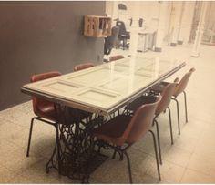 Mesa con puerta vieja y pies de máquinas de coser Singer resultado de la colaboración entre Billete de Vuelta http://billetedevuelta.com/ y LAULEO https://www.facebook.com/LAULEO.SPAIN