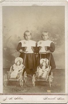 The first mistress, the first outfits. Antique dolls on old photographs / vintage antique dolls, replicas / Beybiki. Clothing for dolls Vintage Pram, Vintage Twins, Vintage Children Photos, Vintage Pictures, Twin Photos, Old Photos, Antique Photos, Victorian Dolls, Antique Dolls