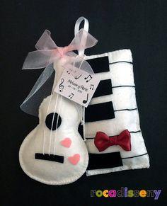 Guitarra y Piano de fieltro, hecho a mano. Detalle de Boda, de Miriam y Pere. La novia toca la guitarra, y el novio toca el piano, y sorprendieron a los invitados con este detalle personalizado