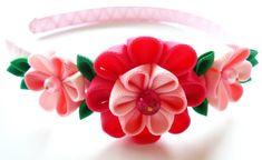 Una flor se realiza en la técnica del tsumami kanzashi. Venda plástica está tejida con cinta de raso. Las flores están hechas de cintas del grosgrain. D