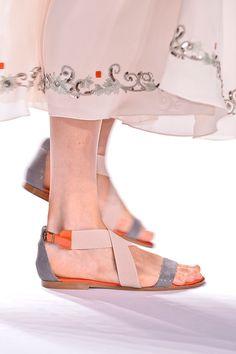 Tendencias primavera verano 2013 sandalias de piso accesorios zapatos - Carolina Herrera