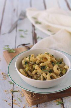 PASTA FREDDA AL PESTO DI NOCCIOLE E ROSMARINO. Arricchito da dadini di zucchina croccante, questo piatto vegetariano si prepara in 20 minuti appena. Sano e davvero goloso!