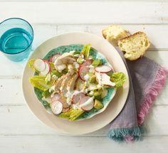Hähnchen-Avocado-Salat: Römersalat und Radieschen sorgen für zarten Biss und leichte Schärfe, dazu gibts gebratene Hähnchenbrustfilets.