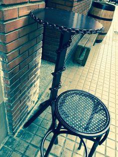 Una mesa con carácter callejero.