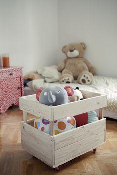 www.picapino.es Caja para juguetes realizada en madera de pino en crudo con ruedas. Foto: Jimena Roquero