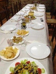 Eten in een dorpskroeg in de bergen van Andalusië. Het is alweer een jaar geleden!