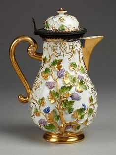 Meissen-Coffee Pot Kangxi design elements and palette of mauve and green. Fine Porcelain, Porcelain Ceramics, Ceramic Bowls, Ceramic Art, Tea Cup Saucer, Tea Cups, Teapots And Cups, Coffee Set, Espresso Coffee