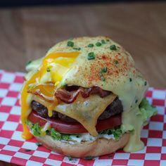 eggs, eggs benedict, eggs benedict brunch burgers, burger, cheeseburger, hollandaise sauce, smoked gouda, cheese, chives, paprika, eggs benedict brunch burger