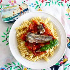 Pasta met tomaten-ansjovissaus en sardines