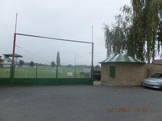 Hay el campo del fútbol.