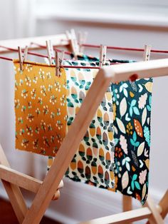 Beeswax Wraps Are the Solution to Decluttering Your Tupperware Drawer - Health and wellness: What comes naturally Diy Beeswax Wrap, Dinner Party Games, Routine, Clothes Drying Racks, Rustic Room, Textiles, Fabric Squares, Fibres, Practical Gifts