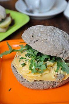 kanapka z serem old amsterdam i rukolą, Haga