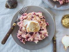 Stamppot rode biet. Een lekker stevig en winters stamppotje, dat kunnen we wel gebruiken! De rode bieten geven deze stamppot een zoete smaak en een stralende kleur. Het stukje vis maakt het helemaal af!