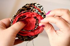 Betty Bee vintage...easy to follow tutorial for making a fabric flower hair clip.