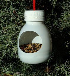 Cool idea to recycle plastic bottles Bird Feeder Craft, Bird House Feeder, Hanging Bird Feeders, Garden Crafts, Garden Projects, Diy For Kids, Crafts For Kids, Bleach Bottle, Homemade Bird Feeders