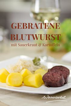 Besonders in der kalten Jahreszeit lohnt es sich, den Klassiker aus dem Weinviertel auf den Tisch zu bringen. Die gebratene Blutwurst mit Sauerkraut & Kartoffeln ist nicht nur einfach & schnell gemacht, sondern ist auch eine wahre Delikatesse. Nimm dir unser leckeres Rezept zur Hand und begeistere deine Liebsten mit dieser traditionellen Hauptspeise. Tipp: Im Weinviertel wird die Blutwurst übrigens Blunzen genannt. © Cherie Hansson Sauerkraut, Meat, Potato, Deli Food, Asparagus, Berries, Apple