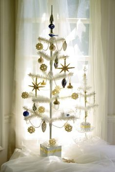 Google Image Result for http://www.hometraditions.com/12-inch-and-36-inch-white-feather-trees.jpg
