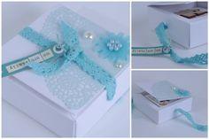 mini dans sa boite par Aur0re.  Produits ZIbuline utilisés :  - Napperon coloré - Ruban dentelle bleu - Demi perles - Fleur marguerite - Simili cuir