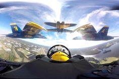 Пилотажная группа ВМС США «Голубые Ангелы» https://mensby.com/video/entertainment/6548-aerobati-team-blue-angels  Эскадрилья американских палубных истребителей-бомбардировщиков F/A-18 выполняет пилотажные трюки. Эффектное видео 360 градусов с пилотажной группой ВМС, которое позволит ощутить себя пилотом.