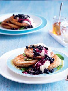 Lívance v celozrnné verzi mají jemnou oříškovou vůni a chuť po celozrnné mouce. Řecký jogurt můžete příště zaměnit za vyšlehaný tvaroh a libovolně obměnit ovoce. Ethnic Recipes, Food, Essen, Meals, Yemek, Eten