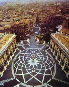 Plaza del Capitolio de Miguel Angel -Estatua ecuestre de Marco Aurelio en el centro -Pavimento oval con elipses entrelazadas y una estrella de doce puntos -Espacio de trapecio -Escalinata que salva el desnivel -Cinquecento